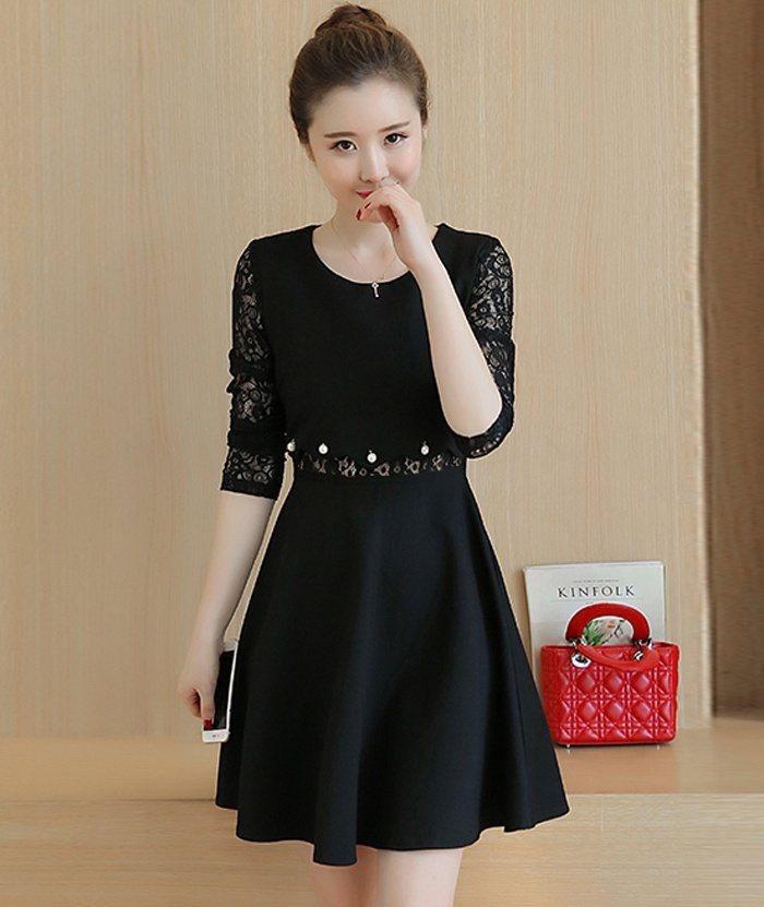 Đầm đen có chiết đai to bản tạo cảm giác thon gọn