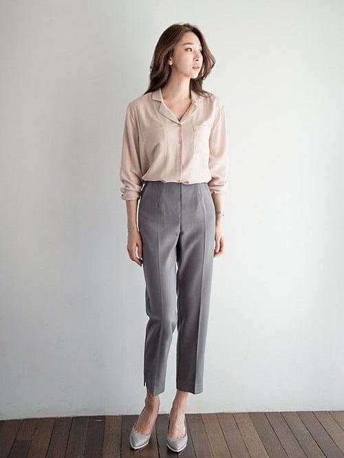 Quần ống rộng ghi sáng và áo len hồng oversized mang lại nét trẻ trung và duyên dáng