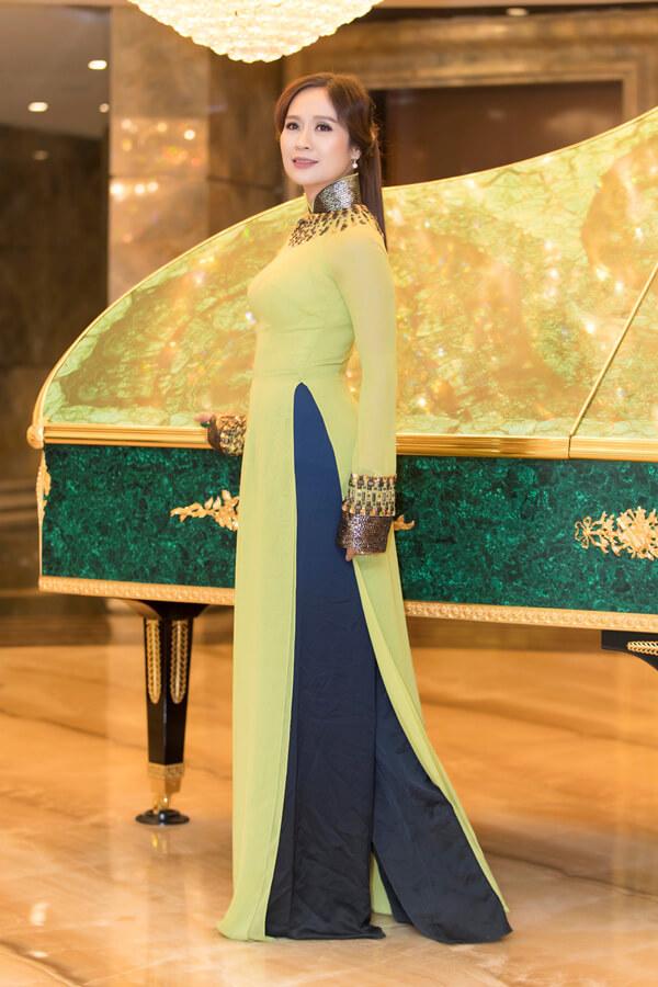 Diễn viên Thanh Thúy duyên dáng trong tà áo dài truyền thống