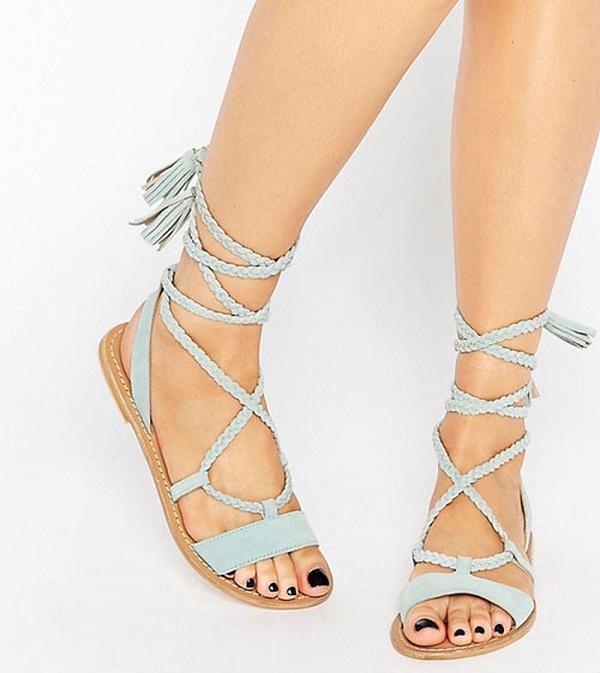 Lựa chọn xăng đan buộc dây phối giày với đầm maxi