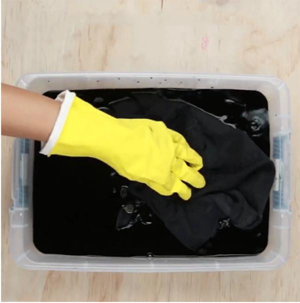 Cách tự chế thuốc nhuộm vải màu đen : khuấy đều hỗn hợp nước với mực lên