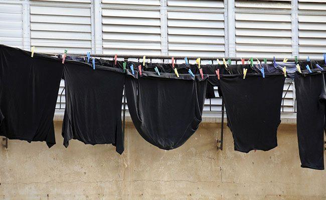Phơi quần áo sau khi đã nhuộm đen với nước nóngPhơi quần áo sau khi đã nhuộm đen với nước nóng