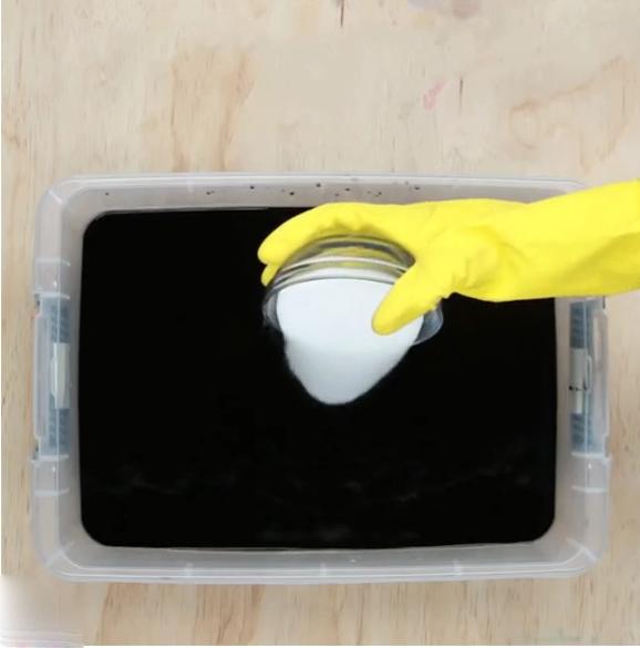 Cách tự chế thuốc nhuộm vải màu đen : đổ thêm chút muối để màu bền hơn