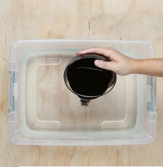 Cách tự chế thuốc nhuộm vải màu đen : cho thuốc nhuộm vào nước