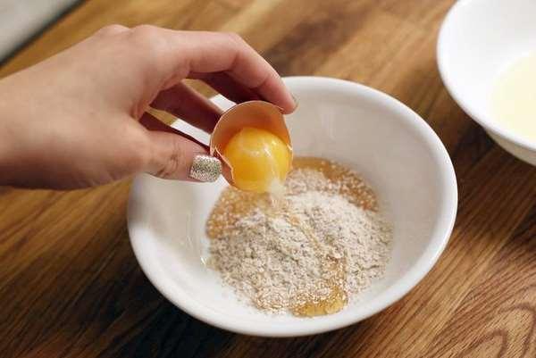 Mặt nạ trứng và gà cám gạo