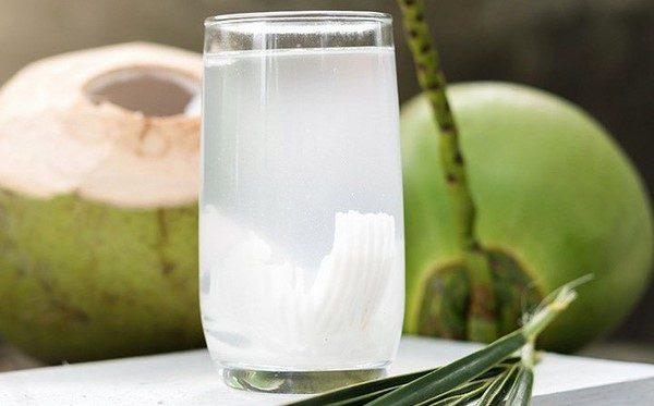 Xăm môi uống nước dừa có tốt không