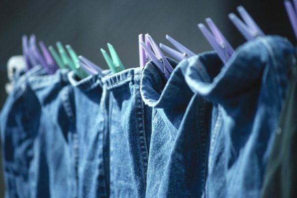 Cách làm cho quần áo Jean không ra màu